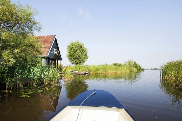 Vaarroute. Varen met de boot in de Alde Feanen bij Earnewald