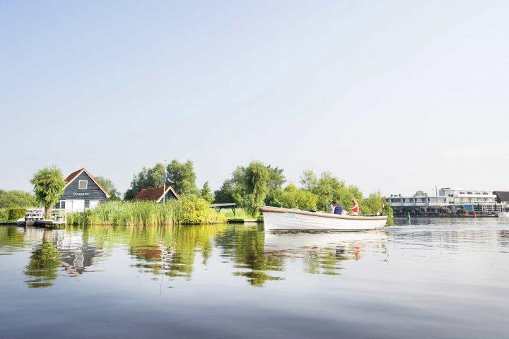 Varen met de boot in de Alde Feanen bij Earnewald. Foto: Marcel van Kammen